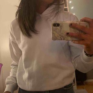 Säljer en vit hoodie ifrån urban outfites❣️Säljer pågrund av att den har blivit lite för liten för mig:) Fråga om ni vill ha fler bilder så fixar jag det!!