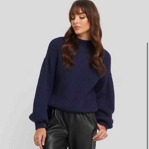 En ny jättefin marinblå tröja köpt i vintras och alldirg använd! Helt ny Pris kan diskuteras Frakt tillkommer på ungefär 70 kr