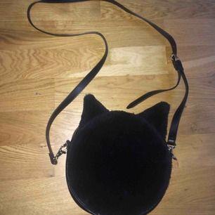 Fluffig liten väska med kattöron. Bra skick! Frakten ingår i priser, billigare vid upphämtning.  Finns på fler sidor!