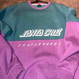 Sweatshirt från Santa Cruz, köpt ifrån Carlings, den är i bra skick för den har sällan varit använd.