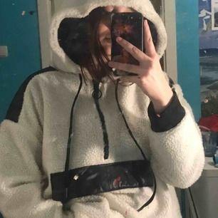 En jättefin Teddy anorak/jacka/hoodie som jag köpt i london.💖 Aldrig använd och säljer den då jag har en liknande:) Den är varm o funkar nog som en vårjacka👍🏼 Har svarta detaljer bak och en ficka på magen. Är rätt oversized på mig som är en S:)
