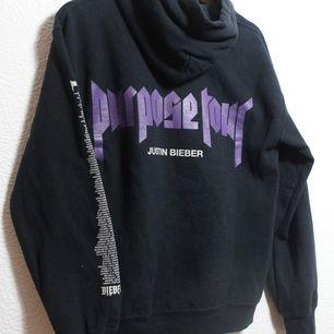 Justin Bieber purpose tour hoodie, stl S. Lite stor i storleken. Väl använd men fortfarande fin, fläck på framsidan (ev silikon). Skicka lätt/spårbar frakt 63kr. 📦 Skriv vid frågor! 🔥