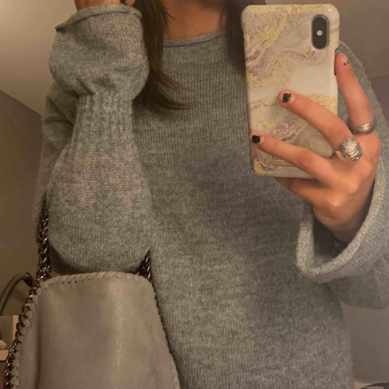 Stickad grå tröja med detaljer i ärmarna🤩 Kommer tyvärr inte till användning längre❣️Pris kan diskuteras!!. Stickat.