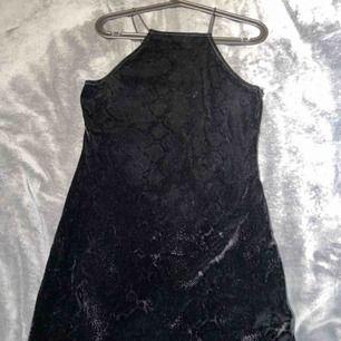 Klänning ifrån H&M, tyget är i silke och lent med orm tryck på, använd cirka 2 gånger, storleken är 42 men passar på S också