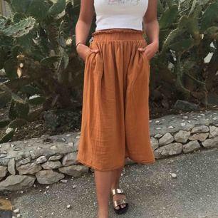 Säljer min bruna kjol från H&M pga att jag ej använder längre. Jättefint skick och passar även i mindre storlekar, inte bara i 40.