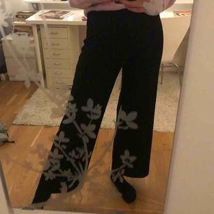 Vida svarta högmidjade byxor från Gina Tricot. Tunna och kan användas både till fest och vardag