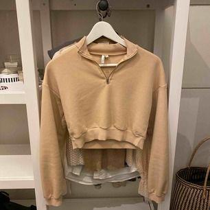 Säljer denna super fina tröja, från Nelly.com. En kortare modell, beige färg med en dragkedja i kragen. Nypris: 299kr.