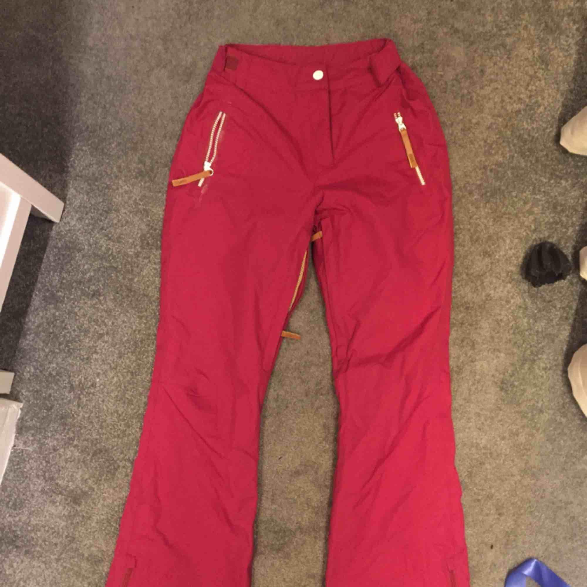 Så fina, helt i princip oanvända, skidbyxor! Toppskick, dock för små för mig 🥺. Jeans & Byxor.