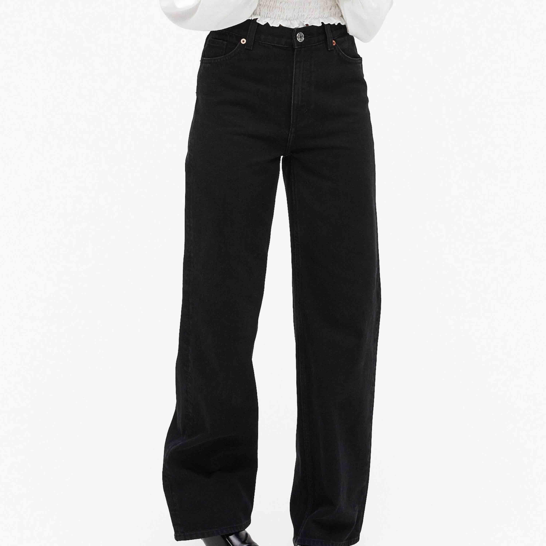 Yoko jeans från Monki! Säljer för att dom har blivit för små tyvärr :// Är tvättade 1-2 gånger så har en snygg lite urtvättad färg. Frakt kostar 63kr🥰. Jeans & Byxor.