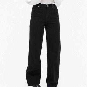 Yoko jeans från Monki! Säljer för att dom har blivit för små tyvärr :// Är tvättade 1-2 gånger så har en snygg lite urtvättad färg. Frakt kostar 63kr🥰