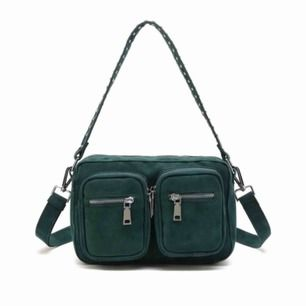 En väska från Noella i en superfin grön färg. Endast använd 2 gånger, har för många väskor därav säljer jag den. Den har inga defekter, fläckar eller liknande då den är som ny. Pris kan diskuteras vid snabb affär!🥰 Skriv för fler bilder!