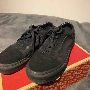 Skor ifrån Vans, svarta med mocka och läder tyg, i bra skick för dom har inte varit använda mycket.
