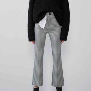Säljer dessa rutiga kickflare byxorna på bilden! Från Zara Aldrig använda så i toppenskick!! Fraktar eller möts upp i centrala Stockholm🪐🪐