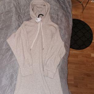 Lång hoodie i storlek xs från H&M, aldrig använd. Lapparna finns kvar. Köparen står för frakten.