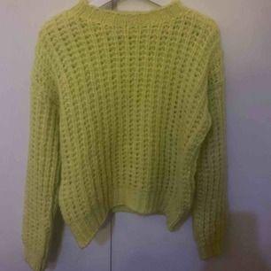 Stickad tröja i gul/grön ifrån bikbok, aldrig använd.  Frakt tillkommer😀