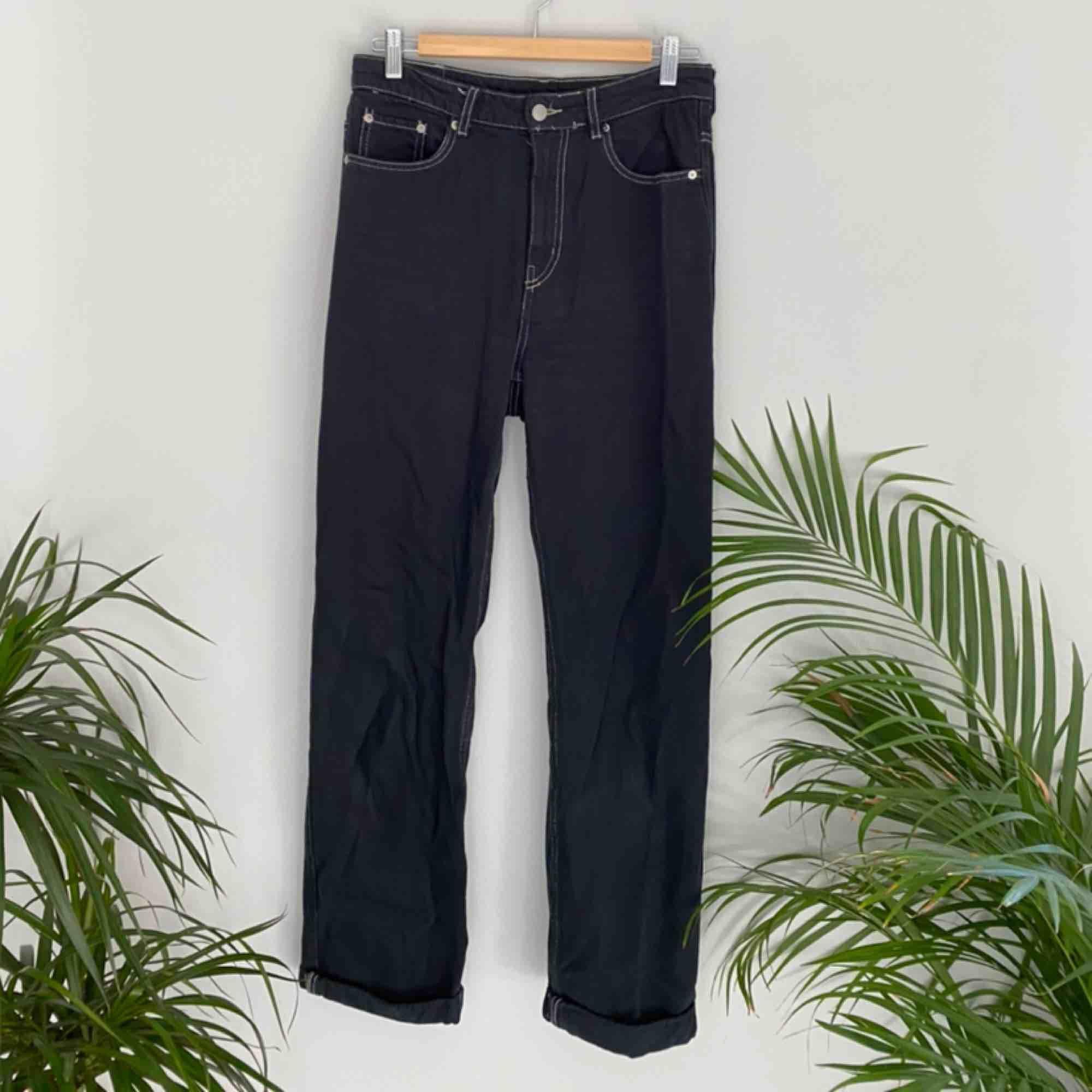 Jeans från Weekday i modellen ROW. Svarta med beiga sömmar. Frakten ingår i priset😍 Kolla gärna på allt annat jag säljer!!. Jeans & Byxor.