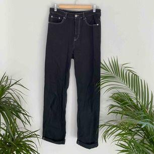 Jeans från Weekday i modellen ROW. Svarta med beiga sömmar. Frakten ingår i priset😍 Kolla gärna på allt annat jag säljer!!