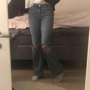 Ett par bootcut jeans med hål 🤟🏼💕 Man ser färgen bäst på andra bilden. Mina favvojeans men kommer tyvärr väldigt sällan till användning! 💫😺👄👄