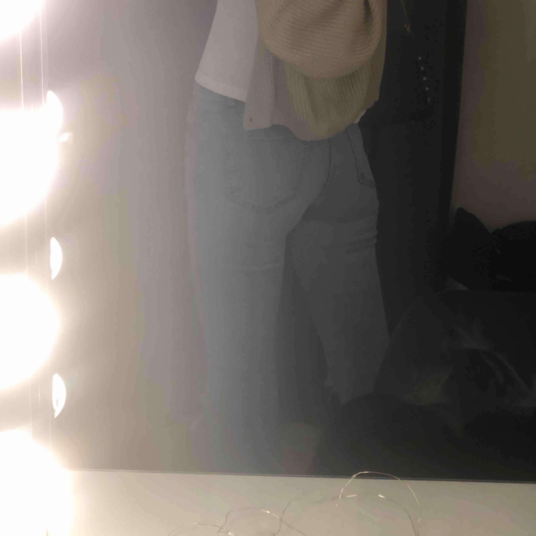 Ett par bootcut jeans med hål 🤟🏼💕 Man ser färgen bäst på andra bilden. Mina favvojeans men kommer tyvärr väldigt sällan till användning! 💫😺👄👄. Jeans & Byxor.