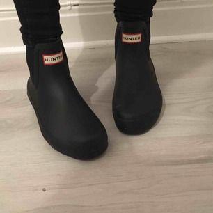 Låga svarta boots