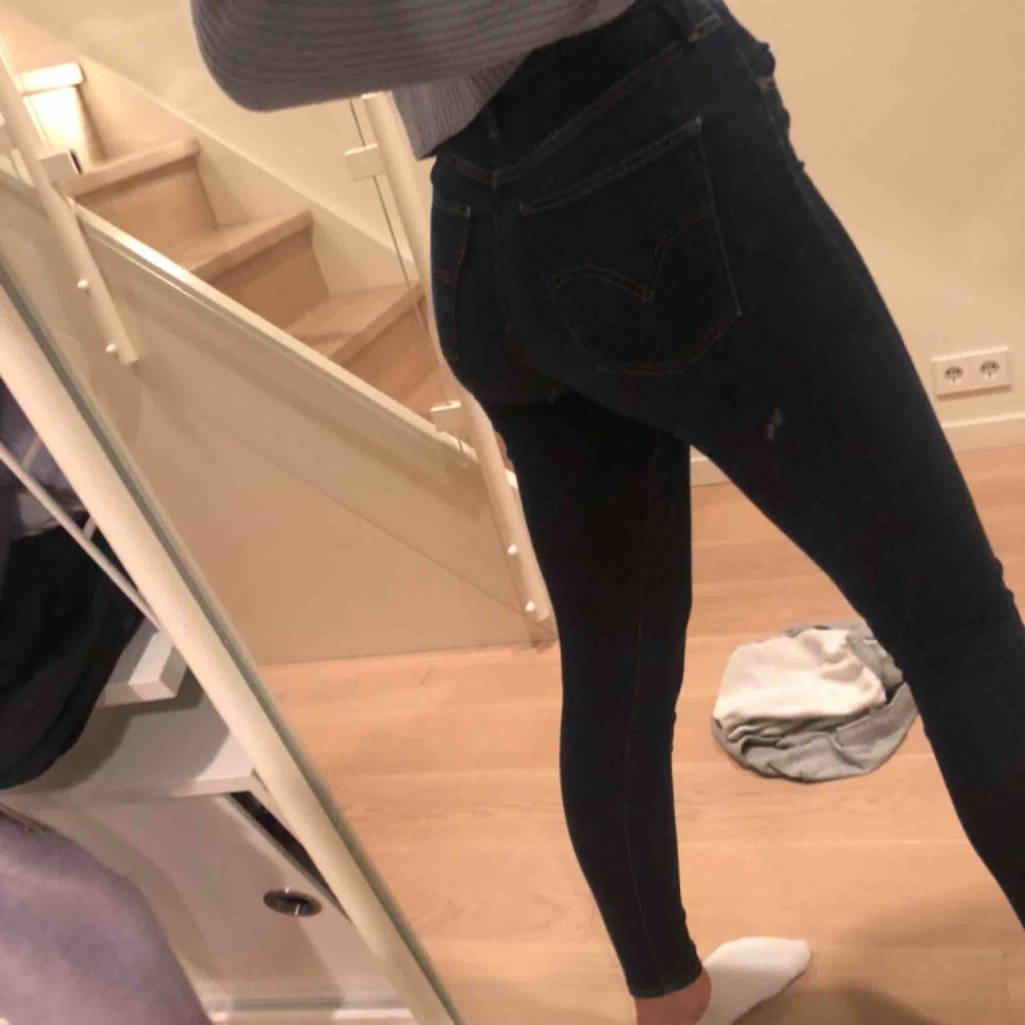 Ett par levi's byxor i en tajt modell me hög midja, säljer pga inte använder de längre. Jag är 175 cm lång, ordinarie pris är ca 1200kr. Sparsamt använda  💕⚡️. Jeans & Byxor.