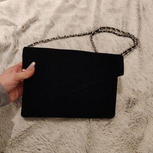 Ny och oanvänd sammet väska♥️. Basic black väska som passar till alla kläder på en kväll fest👌. Priset är inklusive frakt📬. Man får alltid bildbevis och postbevis av paketet 💕.