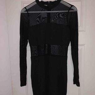 Svart mesh klänning från bikbok i storlek L. Passar Medium