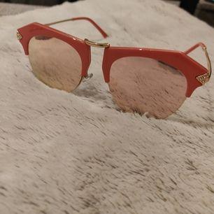 Stora solglasögon som är oanvänd 🕶️. Inte riktigt passade mig😁. Frakt tillkommer 22kr 📬. Man får alltid bildbevis och postbevis av paketet 💕.