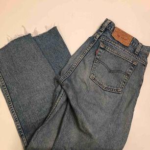 Vintage Levis jeans. Passar strl 28-29 tum. Rak passform. Avklippta nertill.
