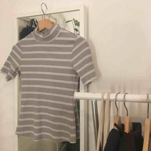 Snygg t-shirt polo från Lindex! Storleken är XS men den passar bra på mig som oftast har S. Mötas upp eller så tillkommer frakt💕💖