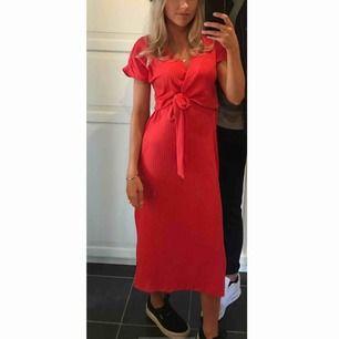 Röd långklänning från CHIQUELLE ♥️ -köparen står för frakten