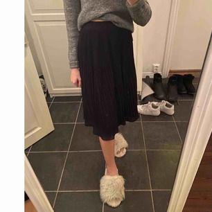 Kjol från H&M  Storlek - 36 // S  -köparen står för frakten 🤍