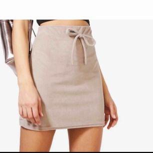 Jätte fin skön kjol från boohoo! Nypris 260kr aldrig använd då den e för kort för min smak! Frakt tillkommer 💐