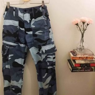 Blåa kamouflage byxor, använt 1 gång<3