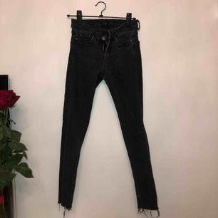 Åhléns jeans, jätte snygga med slitning längst ner. Se bild 2. Lite grå/ svarta.