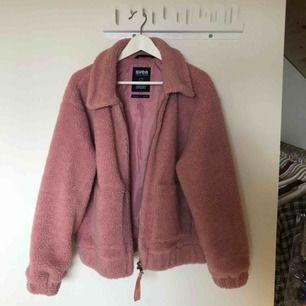 """Säljer min Svea Teddy jacka! Jätte fin """"smuts"""" rosa färg som är använd endast EN GÅNG!! Väldigt bra skick! 500kr inklusive frakt!"""
