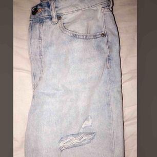 Helt nya, snygga Mom jeans från hm! Storlek 36! Köpte för 399, säljer för 120kr + frakt☺️ Sista bilden visar passformen, hur dom sitter på det är samma modell på byxorna. förutom att dom som jag säljer är slutsålda så fick ta den varianten med utan hål😊