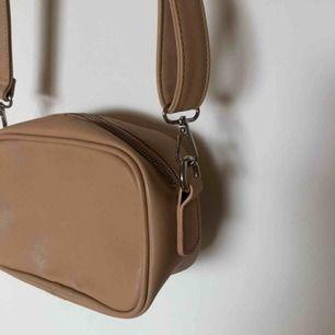 Beige Pieces väska  Skick: Aldrig använd. Pris: 200kr inkl