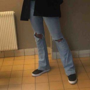 Ett par super najs Bootcut jeans med hål i! Dom är väldigt stretchiga och bekväma.