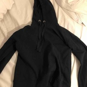Svart hoodie, använd 1 gång! Så snygg men säljs då jag har en till💖 perfekt storlek!