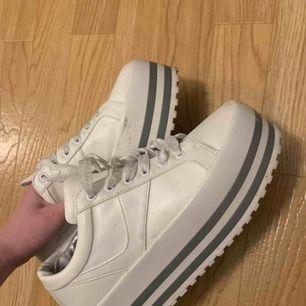 Platå skor, köpta på humana tror dem kommer ifrån Zara från början. Köparen står för frakt! :)