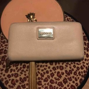 Rymlig fin Don Donna plånbok i beige/guld! 👍 Eventuell frakt står köpare för!! 💕