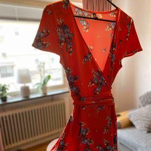 Superfin klänning i mjukt tyg från hm, står Strl 42 men passar mig som är M. Pga Knyt i midjan går den att justera lite. Använd en gång!!