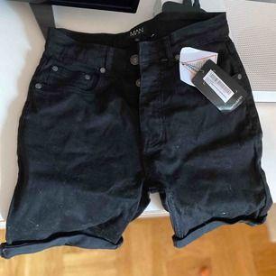 Svarta jeansshorts Strl 32, skinny fit. Lapparna kvar bara legat o samlat damm