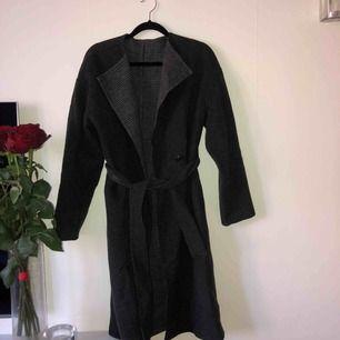 Fin uniqlo kappa köpt i Paris, kappan är mörk grå, på insidan rutig med det ser man inte när kappan är stängd