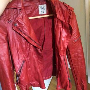 En röd skinnjacka från Zara