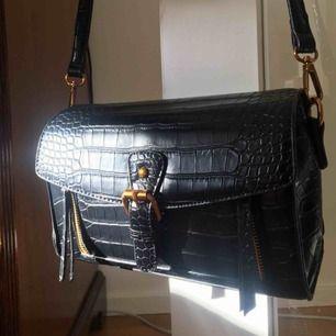 Läderväska med gulddetaljer från Chiquelle🌸💕 Aldrig använd då jag fick 2 likadana. Väskan ligger fortfarande inpackad (på bilderna är den jag använder). Det är bra utrymme, 3 fickor och band som går att justera. Nypris 500kr.