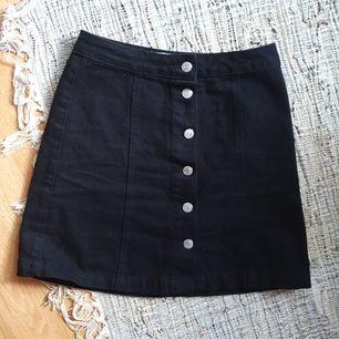 en midjehög kjol med fina, silvriga knappar, insydd i midjan. aningens stor i storleken, passar mig bra som är 36! 100%cotton. frakt 63kr🌼