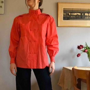 Vintage korallrosa skjorta (mer rosa i verkligheten, inte orange) i mycket gott skick! Har ingen lapp men passar mig som har stl S och skulle även passa M. Axelvaddar är lätta att klippa bort om man föredrar utan. +Frakt 40kr🌻