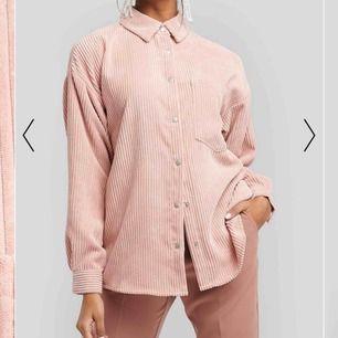 Super fin skjorta från nakd! (Kan också användas som en jacka på våren/sommaren) köptes förra veckan så helt oanvänd och lappen är kvar! Köparen står för frakten🥰